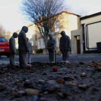 Funeral for a concrete figure. London. UK. 2010, de  Isaac Cordal